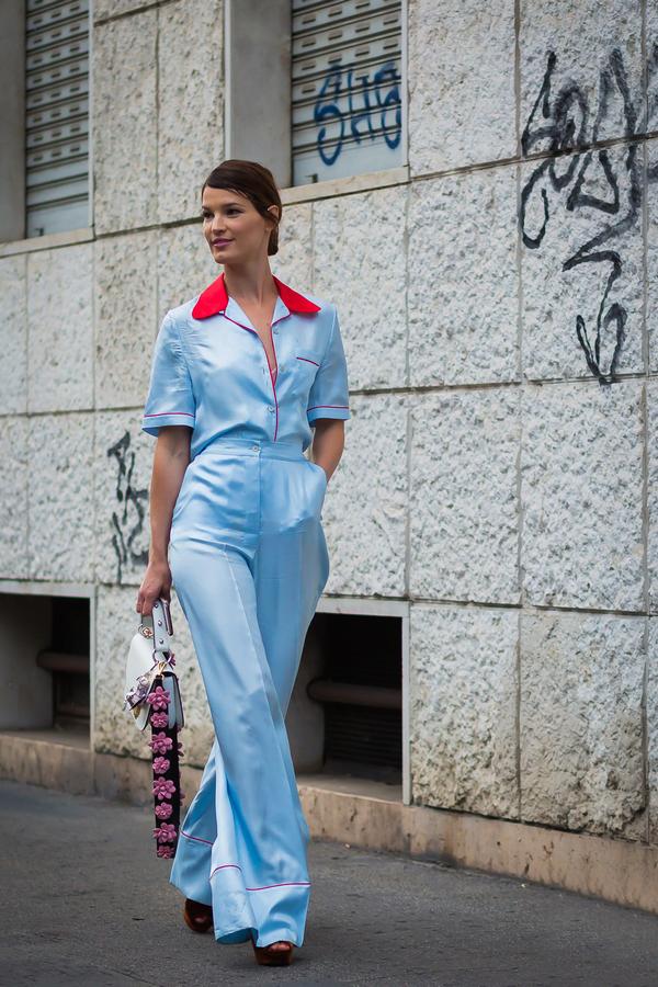 这几季睡衣风就仿佛时尚圈的一股清流,慵懒优雅的不得了。所以跟着潮人们入手一套睡衣吧,无论是套装还是外套单品,穿出街必定时髦。