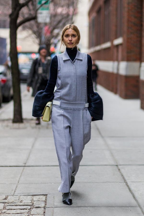 今年大热的钟形袖单品也可以运用到无袖连体裤上。