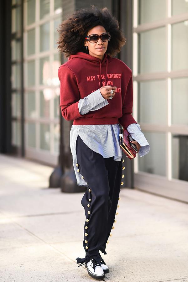 曾经普通的卫衣帽衫现在又变成了当红单品,如果你觉得单穿卫衣穿不出icon那样的效果,可以在里面叠一件衬衫,稍长的下摆和袖子露出来立刻让卫衣层次变得不一样了。
