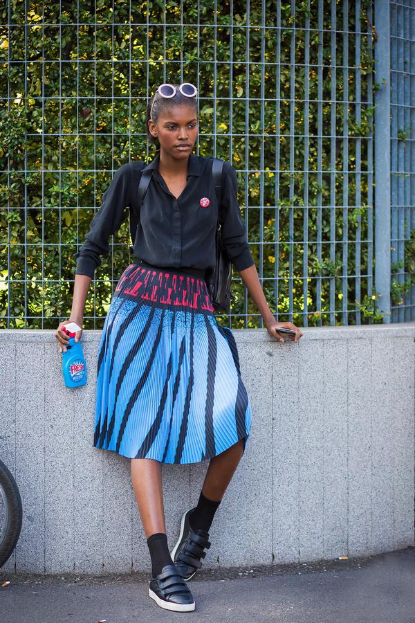 千万不要忘了,手机壳也是凹造型的首选呢,即使是基本款衬衣+蓝色条纹伞裙也能穿出无限童趣。