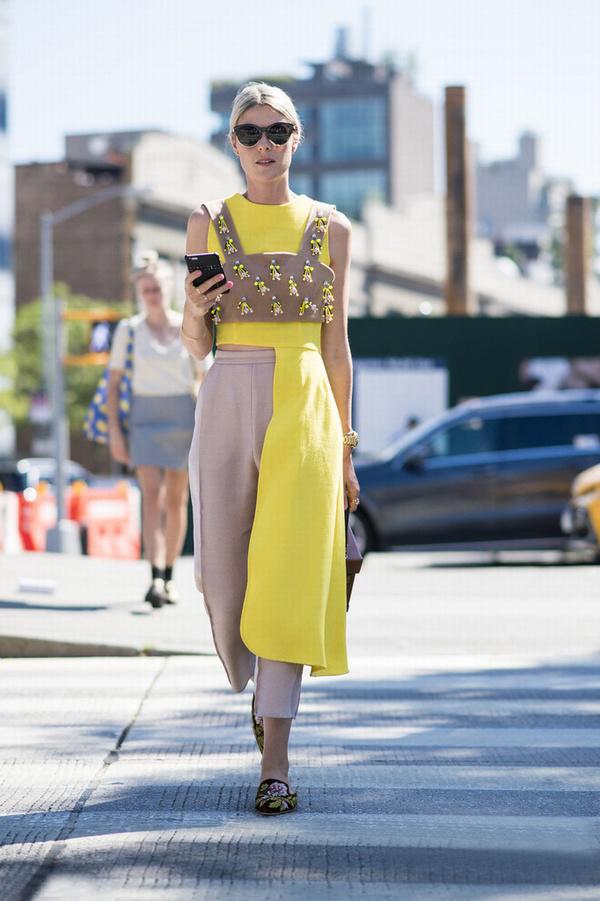 裸色与亮黄色组合通过不同色调不等值分配尽显摩登女郎气质,花朵点缀的抹胸上衣更加有女人味。