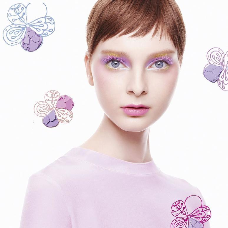 再搭配花瓣妆交织的假睫毛,让眼部更加柔美,正适合阳光明媚的春天呢.图片