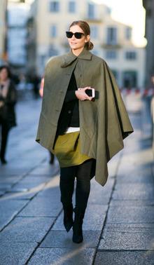 军绿色斗篷大衣搭配黄绿色半裙和过膝长靴彰显十足个性。