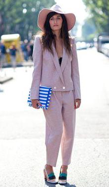 裸粉色西服套装配上拼色的粗跟鞋格外有型,宽檐帽也是优雅加分有木有,再来一个蓝白条纹的手拿包点缀整个look就是美cry。