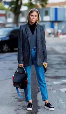 条纹质感的灰色西服搭配前短后长的毛边牛仔裤,让职业装少了分严肃多了青春活力。