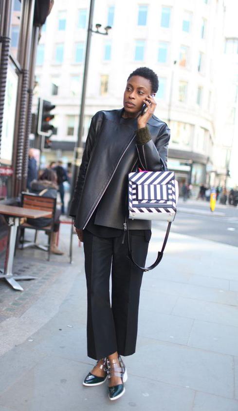 黑色偏门襟皮夹克搭配九分阔腿裤帅气之余还可以很好的藏住秋膘,黑白相间的方形包加入建筑的廓形感。