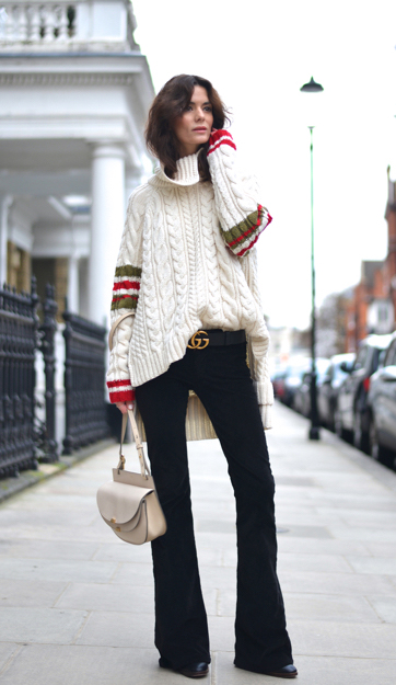 高领针织衫半塞进黑色喇叭裤复古又摩登,粗棒针更添加细节之美。