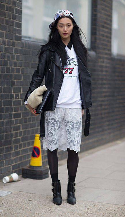 白色字母logo卫衣+来说半裙+黑色机车夹克mix出帅气有型的街头style,歪戴棒球帽更显青春活力。