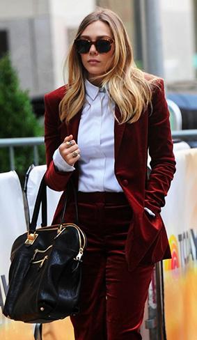 除了版型的选择非常重要之外,如果你想要看起来年轻一点,带点鲜明的个性,可以搭配上牛仔裤和T-Shirt,就能将天鹅绒材质dress-down。当然,如果你想要起来有点华丽帅气的气质,整套的天鹅绒套服是最棒的选择。