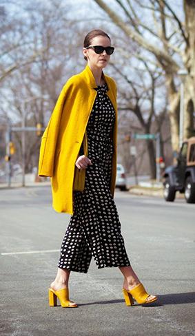 黄色风衣打破黑白波点带来的沉闷感,优雅摩登。