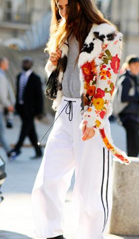 """印花夹克着灰色打底衫和""""校服""""运动裤,混搭的时髦有型。"""