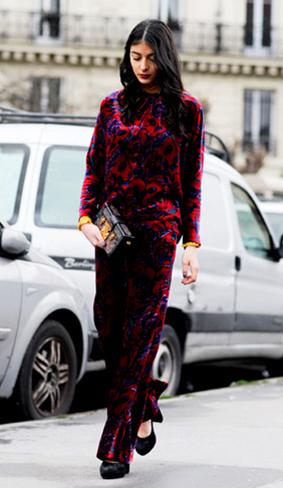 丝绒材质总是轻而易举的太高气质,红蓝撞色的印花元素甚是女人味。