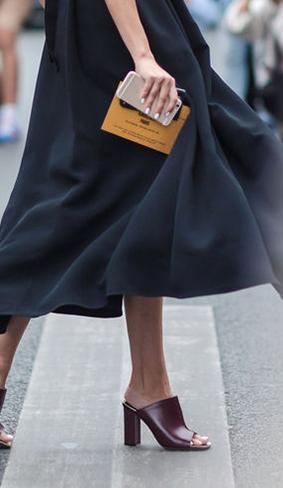 黑色裙摆永远是性感一隅,搭配穆勒鞋别有质感。