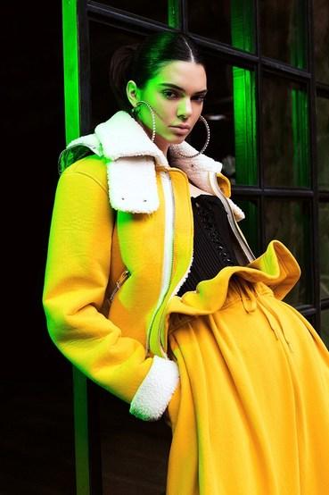 Kendall + Kylie推出限量100件的新系列,当中还有近期大流行的透视短靴!