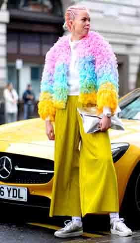 彩色难驾驭?穿出气场才是王道,皮草下衣襟跟下身裤装颜色相近,减少彩色搭配的冲突感。