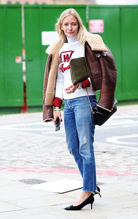 背一只单肩包,再手拿一只手包还是蛮chic,这样的搭配功力,让人时髦感倍增。