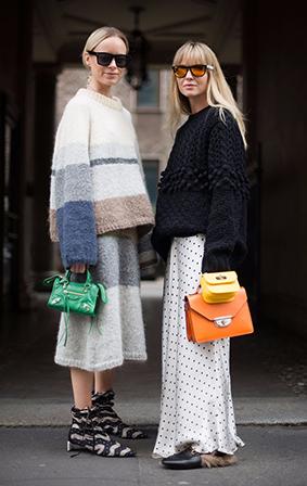 小+大的包包组合真的超级经典,简单的将两个风格类似的肩背包背在一起,这样同时背多个包款的趋势已经摩拳擦掌,让我们既定的包包背法做出革命性的改变。