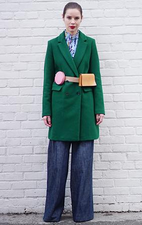 把两只形状各异的mini包包挂在腰间作为坠饰还是很新颖的,这样完全可以chic出街。